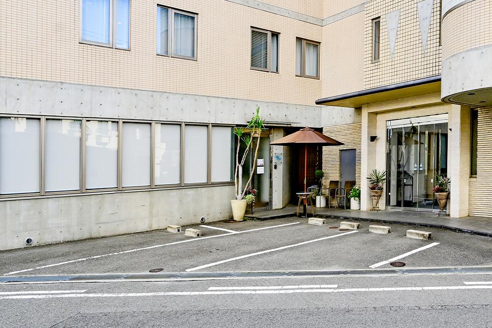 医院前駐車場(3台)